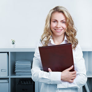 Frau mit Bewerbungsmappe